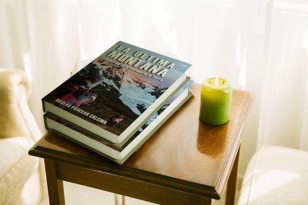 libro la ultima montada-sobre mesa de luz y vela